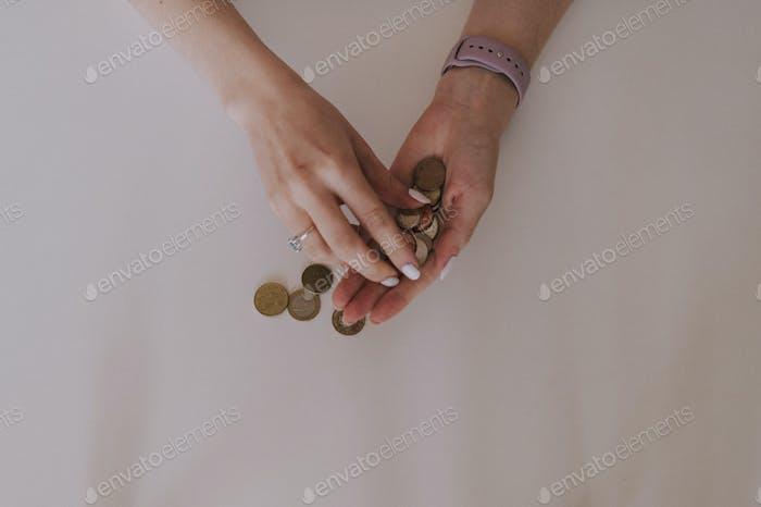 Mujer contando monedas