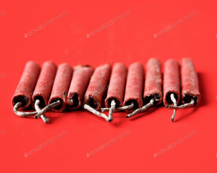 Rote Feuer Cracker sitzen auf einem roten Bacgkround.