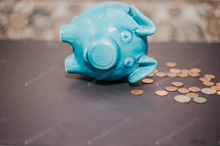 Hucha y monedas en una mesa
