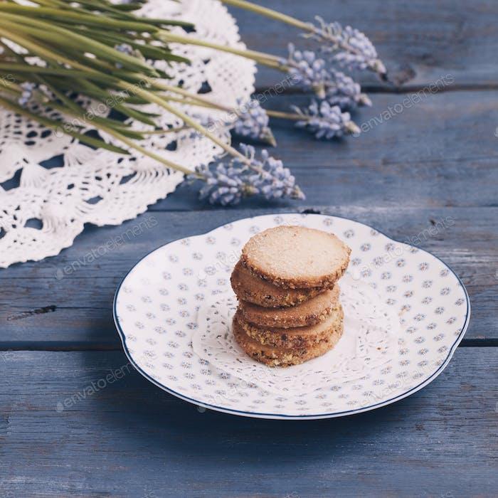 Kekse auf der Untertasse auf dem Holztisch