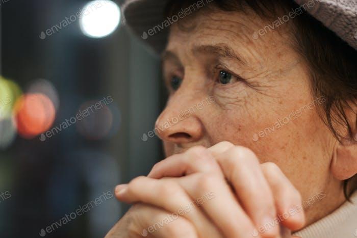 Senior; Frau; alt; schauen; traurig; Alter; aufgeregt; Porträt; Nahaufnahme; nachdenklich; Leben; Lebensstil; reifen; dünn