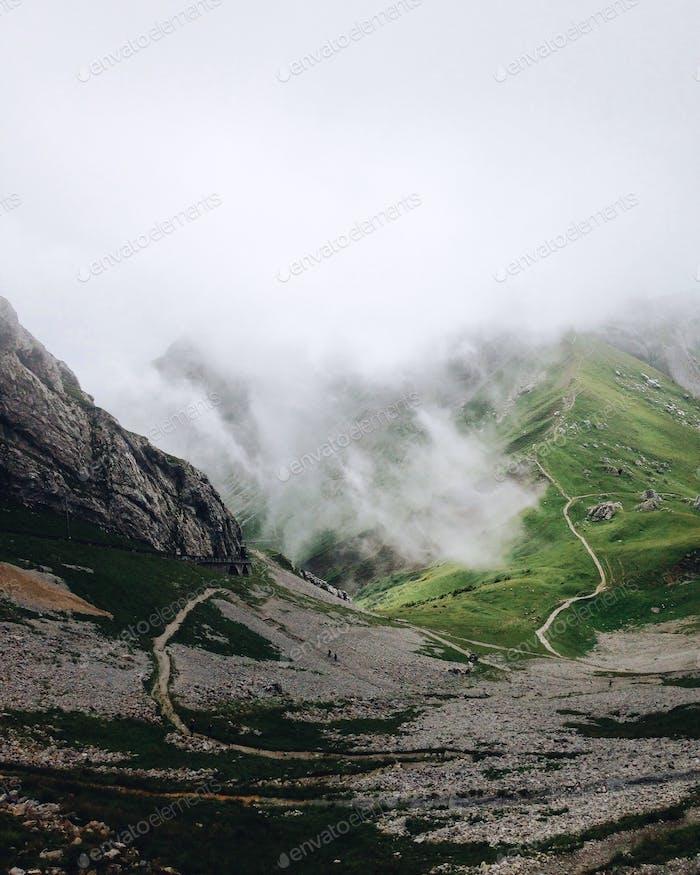 Nebel breitet sich in den Bergen aus