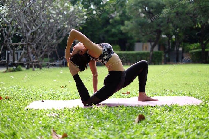 Йога в заднем дворе
