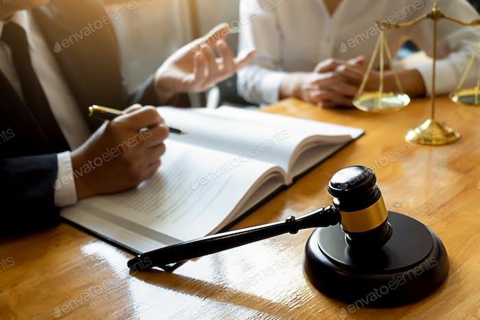 Richter Gavel mit Justiz Rechtsanwälte mit Teamtreffen in der Kanzlei Hintergrund