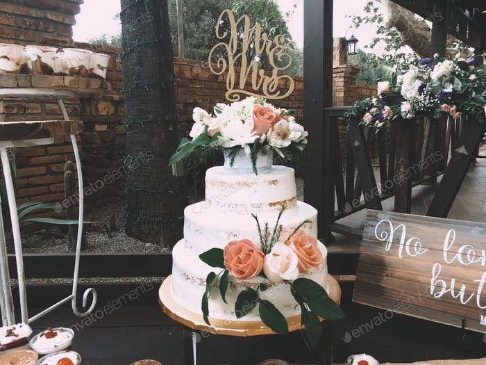 Mr & Mrs - wedding cake