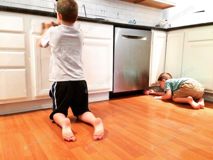 Jungen schrubben die Küche