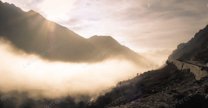 Landschaftlich neblige Landschaft