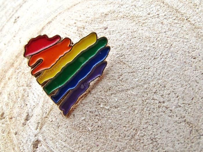 Pin en forma de corazón con colores arcoíris