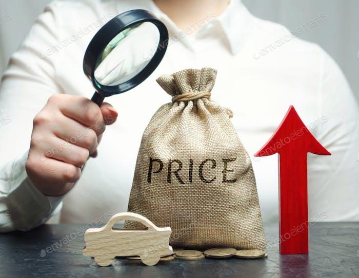 Una mujer analiza los precios para la compra de vehículos
