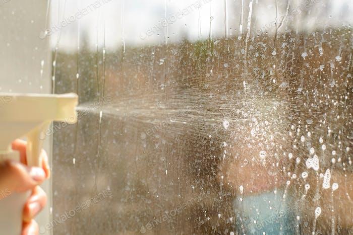 washing dirty Windows, wash the Windows of the atomizer