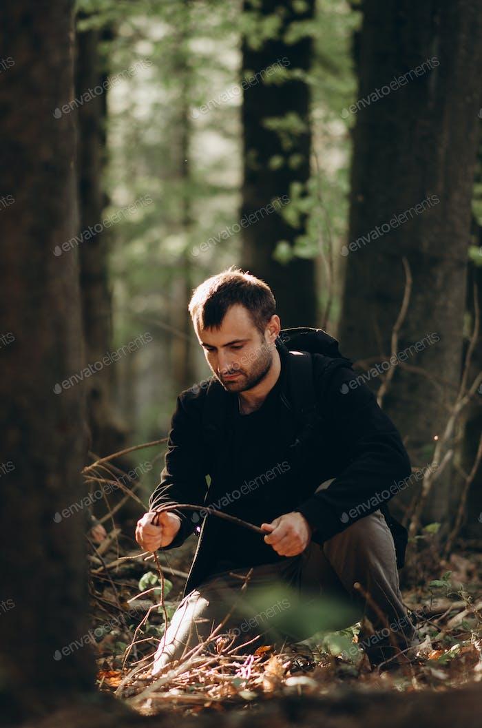 El hombre en el bosque