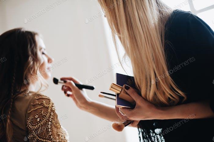 Make-up Artist wendet Make-up