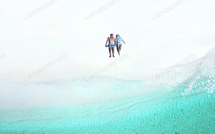 Romántico joven pareja en la playa