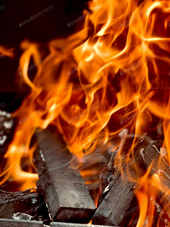 Schöne Feuerflammen, die im Kohlenbecken brennen