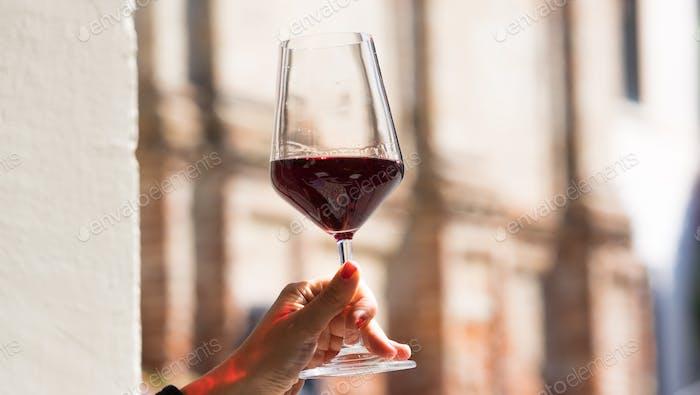 Hand halten Glas leckeren Wein