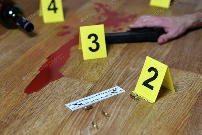 Blutiger Tatort mit Leiche und Pistole auf dem Boden