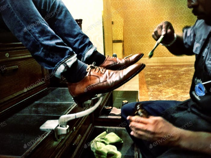 Shoe shining in motion