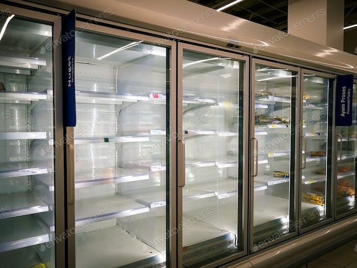 leerer Gefrierschrank im Supermarkt während der Sperrung der Coronavirus-Covid-19-Pandemie