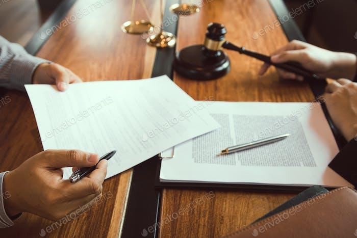 El cliente está llevando los documentos para aclarar la ley al abogado de la oficina del fiscal.