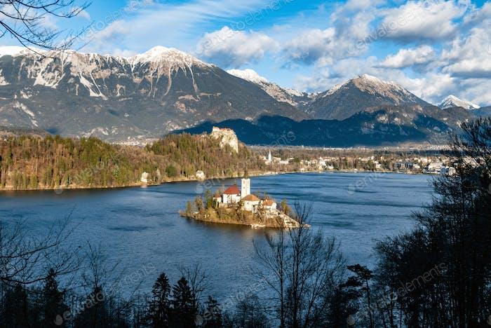Hoher Winkel, Luftaufnahme des malerischen Sees mit kleiner Insel. Bled, Slowenien.