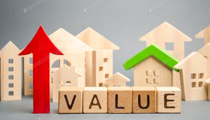 Bloques de madera con la palabra Valor, flecha arriba y casas de madera