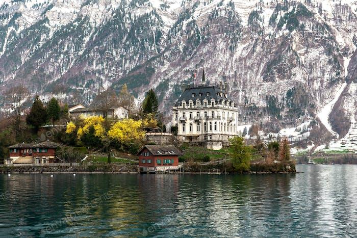 Blick über den Brienzersee zur Burg Seeburg, Iseltwald, Berner Oberland (Hochland), Kanton Bern