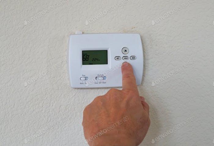 Energieeinsparung durch Einstellen des Thermostaten closeup Luft-Taste Steuerung kühle Kühlung digital