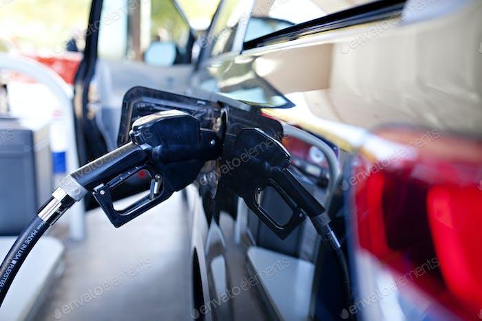Auto an der Gaspumpe