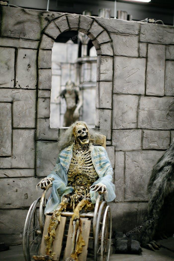 Skelett im Rollstuhl