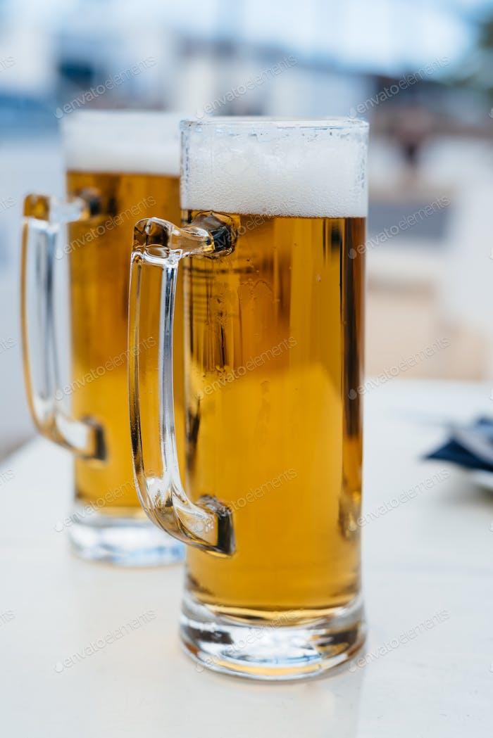 Zwei Pint-Gläser kaltes Bier vor dem Hintergrund des Sommers