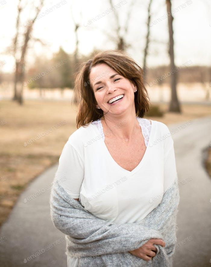 Retrato de mujer feliz con camiseta blanca lisa.