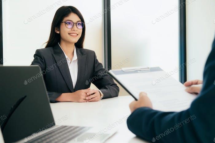 Selbstbewusster Geschäftsmann in einem Vorstellungsgespräch mit einem Unternehmens- Personalmanager.