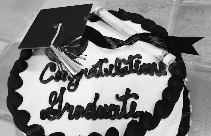 GRADUIERUNG! Herzlichen Glückwunsch Absolvent! Feierkuchen mit Gradhut mit Quaste und Diplomrolle!