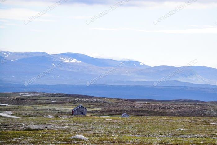 Berge, unfruchtbares Land und kleine Gebäude