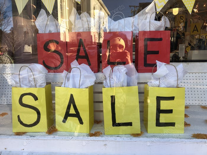 Verkäufe, Verkäufe und Verkaufszeichen durch das Fenster des Ladens. einkaufen