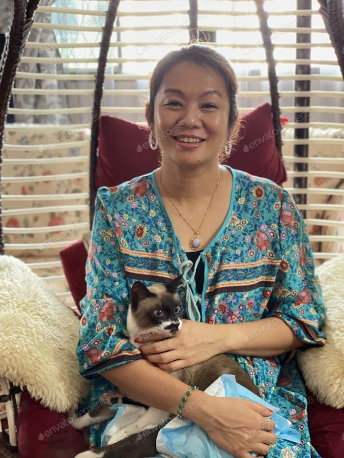 Mujer asiática con mascota