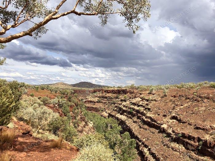 Canyon in Australien während eines bewölkten Tages
