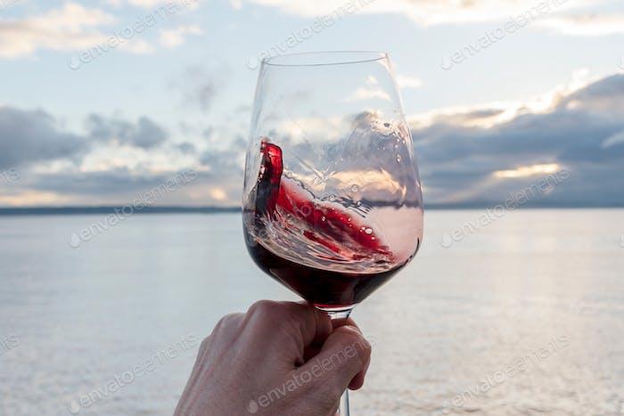 Rotwein wirbelnd in der Hand