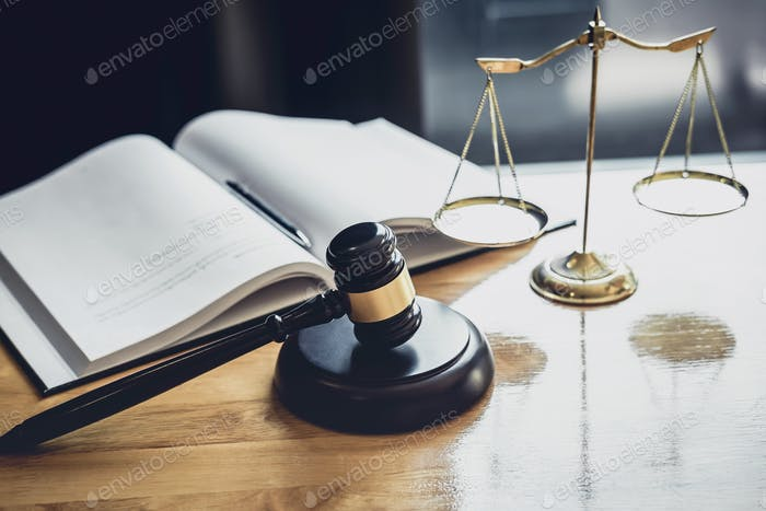 Juez martillo con Escala de justicia