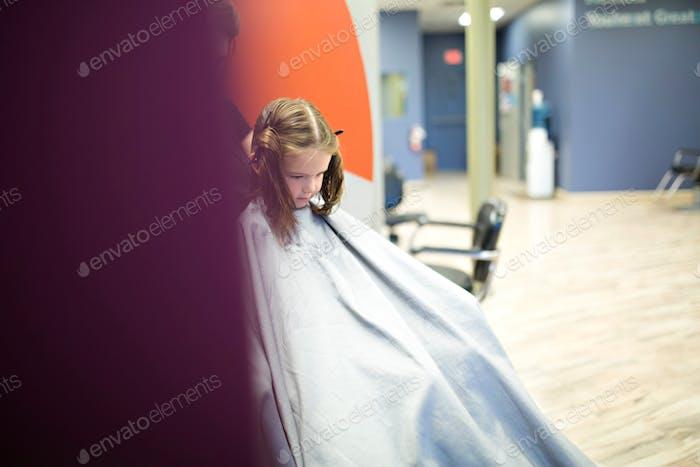 Kinder bekommen Haarschnitte