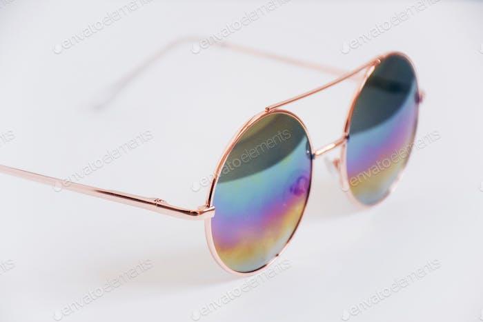 Gafas de sol arco iris sobre fondo blanco