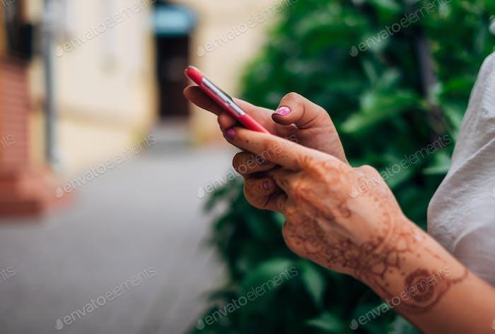 Mujer usando el teléfono móvil