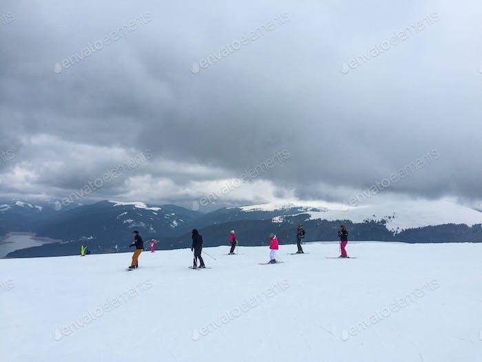 Menschen beim Skifahren an einem bewölkten Tag