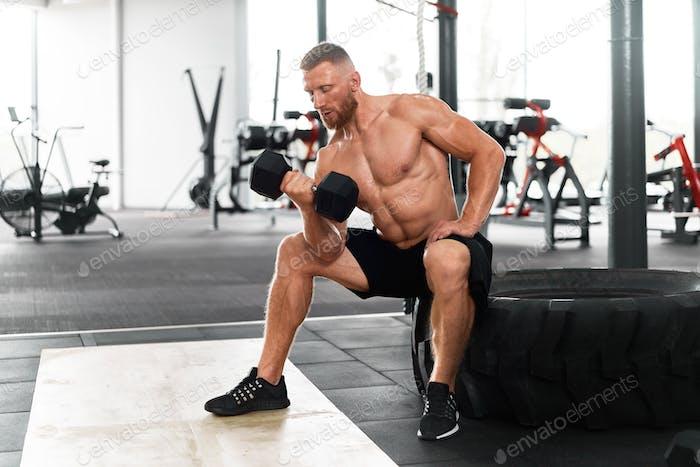 Кавказский спортсмен в спортзале