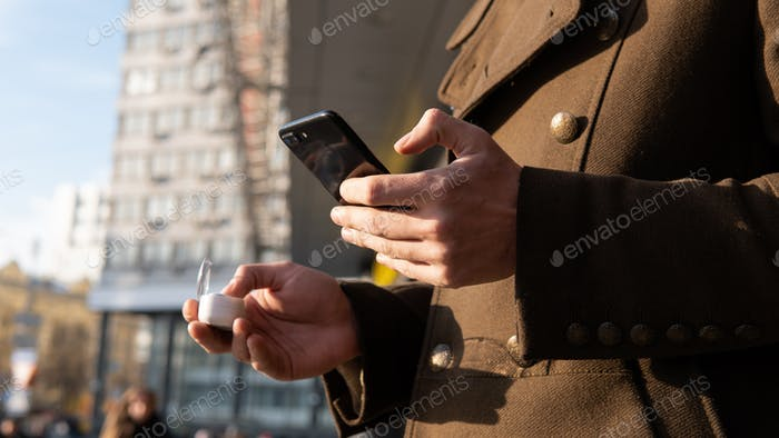 Holding mobile phone with Wireless portable speaker