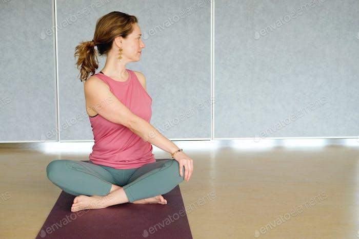 Frau in Twist Yoga-Pose