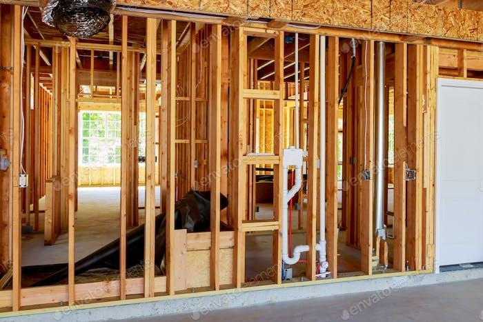 Das Rahmengebäude oder ein Haus mit grundlegenden elektrischen Leitungen