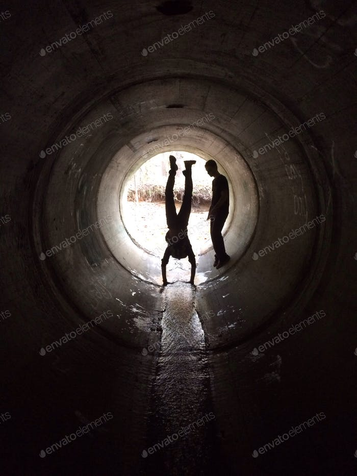 Handstand in tunnel (credit to @hanna_42a)