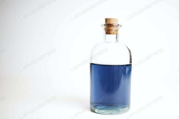 geheimnisvolle blaue Flüssigkeit in einem Glas verkorkten Glas