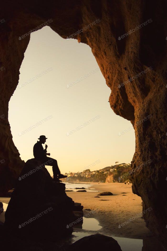 Mann in einer Höhle